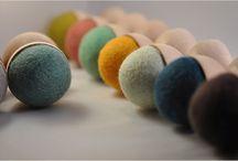 WOW - WOOD & WOOL - Shop farverigt boliginteriør online hos House of Bæk & Kvist / Avena Design (av Eva)  er et nyt ungt svensk interiørbrand. Bag mærket står duoen Eva Gassne og Christof Jecjelmann. Missionen er klar hos det nye designpar. De vil levere farverigt boligtilbehør i bæredygtig kvalitet. Designs som er sjove og faverige fremstillet i uld, svensk birketræ. Den bæredygtige tankegang er WE CARE, intet er overladt til tilfældigheder. Deres mest kendte produkt er WOOD & WOOL (WOW) hangers, vægknager i uld og træ. WOW knager ligner ligner i deres formssprog æggebægre