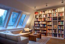 Wohnzimmer Lampen und Leuchten / Das Wohnzimmer ist für viele der wichtigste Raum im Haus oder der Wohnung. Es ist ein Ort der Ruhe, des Rückzugs und der Entspannung, in dem man mit der Familie, den Freunden und gern auch mal allein den Tag ausklingen lässt. Besonders jetzt, wo es draußen schon früh dunkel wird. Umso wichtiger ist es also, ein Ambiente zu schaffen, das zum Wohlfühlen einlädt. Zum Beispiel mit einem gemütlichen Sofa, den passenden Möbeln – aber vor allem auch mit dem richtigen Licht.