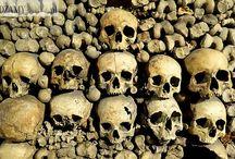 Katakumby w Paryżu / Paryskie Katakumby to miejsce, w którym zgromadzono szczątki ponad 6 milionów Paryżan.