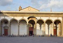 Базилика Сантиссима-Аннунциата (Флоренция). Построена в 1250 году орденом сервитов. / Базилика делла Santissima Аннунциата (Базилика Пресвятой Благовещения). Церковь перестраивалась в 1444-1477 годах благодаря усилиям Микелоццо и Леона Баттисты Альберти. К этому периоду относится замкнутый внутренний двор-клуатр.
