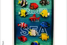 Quadro Under The Sea /  Quadro Under The Sea Tamanho 22 cm L x 4,5 cm P x 32 cm H. Elaborado em mdf e acabamento acetinado branco. Criação e desenvolvimento digital do papel de parede, uso peixes ornamentais de plástico.