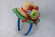 TIARA PARA FESTA JUNINA / Linda tiara feita encapada com fita de cetim colorida e chapéu de palha decorado com flores artificiais de tecido.  Prazo de entrega: 7 dias úteis.  A tiara veste em crianças e adultoshttp://www.arteaos4ventos.com.br/tiara-para-festa-junina.html