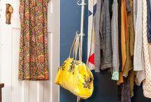 """Percheros """"burros"""" / Muy utilizados en tiendas de ropa, repletos de camisas, camisetas y abrigos, cada vez más extendidos en casa, dan un aire vintage a la estancia."""