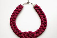 collares de tela rojos