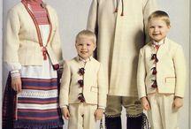 Karjalainen perhe kansallispuvuissa