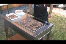 Teppan Yaki / Entspannen - Kochen Teppan-Yaki Grill GM-770 Outdoorkueche aus Edelstahl Edler, elektrischer Grill, komplett aus Edelstahl - zum energiesparenden, fettarmen Garen für drinnen und draußen. Der Teppan Yaki bietet  damit ein ganzjähriges Grillvergnügen. - Grillfläche 48 x 41 cm, mit zwei Heizzonen  Der Servierwagen, ebenfalls komplett aus Edelstahl, ist das optimale Zubehör für den Teppan Yaki. Auf 4 Rollen ist der mobile Diener stabil und dabei auch als Solitär einsetzbar.