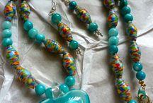 Náramky,náhrdelníky a podobné veci.