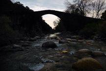 GARGANTA ALARDOS / La Garganta de Alardos, situada en un paraje de singular belleza, con alisos y fresnos en sus orillas. Sobre ella se extiende el Puente Romano de Alardos, una construcción de piedra con un solo y enorme arco cuya altura sobre el cauce de la garganta impresiona al visitante. Desde aquí se domina toda la Sierra de Gredos y el valle del río Tiétar