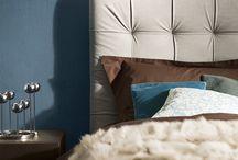 Letto Leonard / Un letto imbottito, con una testiera fortemente caratterizzata dal motivo capitonné, questo è Leonard. Disponibile in un'ampia gamma di misure e rivestimenti, anche con contenitore.