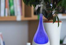 Diffusion par brumisation - AROFLORA / Ce type de diffuseurs utilise un système qui créer une légère brume à partir de l'eau qui se situe dans son réservoir. Les huiles essentielles sont ajoutées à l'eau dans de petites proportions. La brume qui contient les fragrances d'huiles essentielles se diffuse ensuite dans l'air.