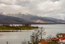 Λίμνη Πλαστήρα / Τα νορβηγικά φιορδ συνάντησαν τις Άλπεις στην Ελλάδα. Στο οροπέδιο της Νεβρόπολης, στην θέση Κακαβάκια, το 1920 περίπου ο Στρατηγός Νκόλαος Πλαστήρας, καταγόμενος από την Καρδίτσα, οραματίστηκε την δημιουργία φράγματος στον ποταμό Ταυρωπό, με σκοπό την δημιουργία τεχνητής λίμνης. http://goo.gl/zy054Z