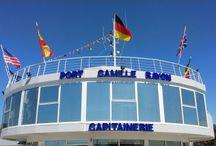 PORT DE LA COTE D AZUR SERVICE DE CHAUFFEUR / Une escale au port de Cannes, pourquoi pas ? La ville offre de multiples attractions au voyageur curieux et passionné que vous êtes : entre le Festival de Cannes, les nombreux congrès et une vie nocturne animée, vous ne regretterez pas votre décision ! D'autant plus que, en louant une limousine au port de Cannes avec chauffeur privé, vous serez certain de pouvoir vous rendre absolument partout. http://www.id-limousine.com/fr/blog/port-cannes-limousine/