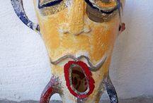 """""""HOMINES"""" – Personale di Antonella Guidi / Antonella Guidi, nata a Cervia ma residente a Collinas, nell'ambito del progetto """"Erranti"""" di B&BArt Museo di arte contemporanea si cimenta nell'impresa di far dialogare l'estetica e la poetica con la necessità di dare valore globale all'artista e alla sua opera, in un dialogo continuo con l'altro e con il territorio."""