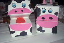 fantoches com caixas de leite