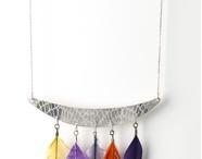 Clara Jasmine / Les bijoux Clara Jasmine naissent de l'alliage de deux éléments : La dentelle et le métal. Une délicate gravure qui facette le métal et accroche la lumière. Sa production artisanale est entièrement confectionnée à Paris, dans son atelier. Chaque bijou est unique, réalisé dans une très grande exigence technique, alliée à la revendication d'un style mutin, les bijoux sont vus tantôt comme l'élément d'un vêtement, d'une lingerie ou d'une armure tantôt comme un petit objet précieux.