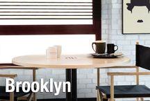 Brooklyn / Esta tendencia rescata los detalles más significativos de los primeros lofts americanos. En espacios despejados y luminosos, los objetos y muebles parecen sacados de un taller o fábrica de los años 50.