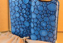 Custodie iPhone 4/4s / Custodie per iPhone 4/4s in vera pelle Made in Italy. Realizzate in pregiata pelle ed impreziosite da cuciture fatte a mano, le custodie Invidia sono perfette per proteggere il vostro iPhone 4/4s da urti e graffi.