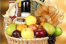 вино и фрукты в корзине