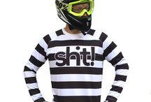 Crosskläder / Vårt mål har varit att ta crosskläder till en ny och unik nivå. Att crosskläderna ska bli ännu mer fashion är något vi strävar efter. Kläderna har kvalitet och vi gör det du behöver för att sticka ut på banan med din motocross! Ibland vårt sortiment av crosskläder har vi crosströjor och crosshandskar. Gör det du älskar och glöm inte visa oss det på instagram under hashtagen #dwbtoftshit