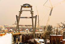 Pylon mostu w ciągu Trasy Uniwersyteckiej w Bydgoszczy / W Bydgoszczy trwa budowa Trasy Uniwersyteckiej, której najważniejszym elementem jest podwieszany most na rzece Brdzie. Most będzie podwieszony na stalowym pylonie o wysokości 70 m, składającym się z dwóch części w kształcie liter A i Ω.