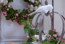 Decoraties met bloemen.