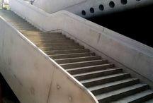 Dworzec Zachodni w Warszawie / Od lutego br. w Warszawie trwają prace przy budowie nowego Dworca Zachodniego oraz kompleksu biurowego West Station. Nasza firma jest kompleksowym dostawcą deskowań na tę budowę. Dziś prezentujemy ciekawe elementy wyjścia z tunelu Dworca: ryflowaną ścianę oraz balustradę schodów, które zostały wykonane w technologii betonu licowego. Do realizacji tych elementów, oprócz szalunków systemowych, zostały zastosowane specjalne wybitki oraz deskowania indywidualne.