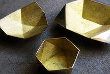 Raw luxury / luxe materialen met een stoere uitstraling. De combinatie van goudkleurig met het rouwe van beton en hout. Luxe zonder sjiek te worden en rouw zonder op luxe te hoeven inleveren.