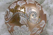 BOLAS DE NAVIDAD / Decoración de todo tipo de bolas y adornos de navidad, cristal, pintura, porex, patchwork, multicarga....        www.manualidadespinacam.com .