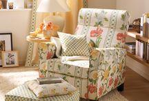 Dekoracje domu / W naszej pracowni, na specjalne zamówienia klienta, powstają wyjątkowe narzuty na łóżka, kapy i pokrowce na krzesła. Odpowiednio dobrana tkanina oraz nietuzinkowy sposób odszycia, tworzą oryginalne i przytulne wnętrze.