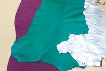 MATERIAAL / Ik heb gekozen voor suède leer in de kleuren groen en paars/ roze omdat ik het uiterlijk van suède erg mooi vind. Ook heb ik een lap zilver leer gekocht,  deze heb ik met glitter bewerkt. Voor mijn enkellaarzen heb ik een twijn gemaakt van mohair wol in de kleur paars, wit en  groen/ wit.
