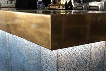 """Bar en terrazzo : Restaurant """"O petit Monde"""" à Sanary / Réalisation de l'habillage du bar et de l'accueil du restaurant """" O Petit Monde"""""""