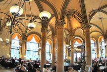 Kaffeehäuser rund um die Welt / Kaffee regiert die Welt! Die weltweite Kaffeetradition atmet man am besten in den schönen, alten Kaffeehäusern und Cafés, die rund um den Globus verteilt sind.
