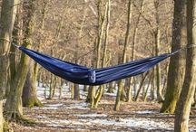 Hamacul Adventrue Blue / Este un hamac ușor de folosit în orice împrejurare, destinat pentru relaxarea unei persoane fie la munte, fie la mare, fie chiar și în casă.  Tip produs: Hamac simplu Greutate produs: 610gr(echipat complet) Greutate sustinere: 210kg Dimensiuni: 3m x 1.45m