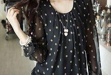 Blusa de seda negra con pepas blancas