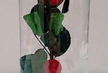 Urna rosa eterna preservada bella y bestia / Urna con rosa eterna preservada, al más puro estilo de la película La Bella y la Bestia. Base de cristal pintada a mano. Simboliza el amor eterno.