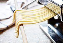 Nudel - Teigwaren - Pasta / Nudeln sind Teigwaren, die es in vielen Formen zu kaufen gibt, allerdings kann man sie auch in wenigen Schritten selbst zubereiten und nach köstlichen Rezepten mit verschiedenen weiteren Zutaten zum Hochgenuß werden lassen.