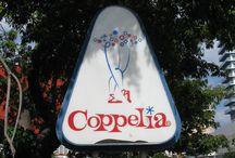 """Heladería Coppelia / Rememora las escenas de la película de Gutierrez Alea """"Fresa y Chocolate"""" en la concurrida heladeria Coppelia, el mayor establecimiento de esta popular cadena cubana.  En el centro del complejo hay un vanguardista edificio, rodeado de una serie de patios al aire libre con mesas donde se sirven copas de helado de sabores como la fresa, el coco, mango o la guayaba. / by Paseos por La Habana"""