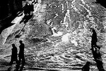 Artista: Antanas Sutkus / Sutkus es considerado uno de los más grandes fotógrafos de la ultima etapa de la Unión Soviética. Fue un fotógrafo autodidacta que construyó su obra bajo el régimen comunista, describiendo la vida cotidiana con la precisión, sensibilidad y a veces ironía, con un potente vocabulario visual y una resistencia continuada a los sistemas e influencias externas.