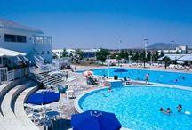 Πισίνα για Kολύμβηση  / Ο πολυχώρος του κτήματος Skaras Village διαθέτει Πισίνα Ολυμπιακών Διαστάσεων με επιφάνεια 750 τ.μ. για κολύμβηση από το κοινό κάθε μέρα από τις 11:00 ως τις 19:00. Επίσης διαθέτει πισίνα παιδική με επιφάνεια 110 τμ. Τα παιδιά ηλικίας ως 4 ετών μπορούν να κάνουν χρήση της πισίνας δωρεάν.