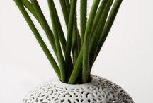 FILIGRAN / Luxusní monumentální váza zčistě bílého porcelánu vytvořená vroce 2002 se již stala legendou českého designu. Jako další objekty Pirščovy tvorby je i váza Filigrán mimořádným sběratelským kusem. Za jejím kouzlem stojí především technika, kterou je zhotovena. Po odlití základního oblého tvaru a jeho zaschnutí se do horní kopule vázy ručně vyřezává křehká krajka dekoru. Tato 42 cm vysoká váza byla vroce 2005 zařazena do reprezentativního výběru 100 ikon českého designu/CZECH 100 DESIGN ICONS.