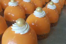 Oranje feest / Koningsdag vieren wij met oranje gebak. En als Nederland belangrijke sportwedstrijden speelt, hebben wij oranje tompoucen, oranje moorkoppen, taart en andere oranje hapjes. Dus als Holland feestviert, is het oranje boven bij Meesterbakker Roodenrijs.