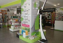ONIA creaciones FARMACIA / Una columna en el centro de una farmacia.