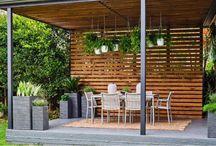 Une pergola pour abriter le salon de jardin