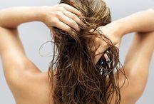 UMECTAÇÕES CASEIRAS  e PODEROSAS / A umectação capilar consiste em aplicar óleo vegetal puro (e morno) no cabelo, como por exemplo azeite de oliva extravirgem, massageando e deixando agir por um tempo. Ela repõe a umidade natural e os lipídeos dos fios, nutrientes necessários pra que fiquem saudáveis, hidratados, macios, brilhantes, soltinhos, com volume controlado, sem pontas duplas e ressecadas ou frizz!  Umectação Capilar Caseira é muito simples de se fazer e deixa o cabelo com um aspecto lindo. Vem aprender a fazer.