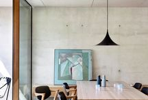 stół, krzesła i lampy / osada