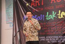 Basuki Berikan Kartu BPJS untuk Warga Binaan / Gubernur DKi Jakarta, Basuki Tjahaja Purnama menyaksikan penandatanganan MoU  sekaligus menyerahkan secara simbolis  kartu Badan Penyelenggaraan Jaminan Sosial (BPJS), kepada warga binaan di Rumah Tahanan Negara Kelas II A Pondok Bambu, Jakarta Timur, Sabtu (28/2). Penyerahan BPJS ini dilakukan secara simbolis kepada 10 warga binaan yang ada di Lembaga Pemasyarakatan (Lapas) dan Rumah Tahanan (Rutan) di DKI Jakarta