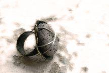Encontrados. Joyería contemporánea / Anillos de plata y metal, con piedras, restos cerámicos y otros objetos hallados en las orillas del Mediterráneo...