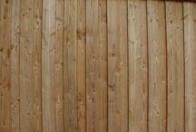 Maison PS / Maison d'habitation de 72m² de plain-pied avec un séjour de 34m².  Le coin nuit comprend deux chambres, une salle d'eau et un WC séparé.  Chauffage avec un poêle à granulés. Les menuiseries sont en aluminium de couleur noir sablé.  Le bardage est douglas à couvre joint vertical.  La toiture est à 2 pans et la couverture en tuiles grises ardoisées.