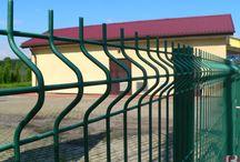 BETAFENCE: Przepompownia wody Imielin / Przepompownia w Imielinie została zabezpieczona ogrodzeniem panelowym Nylofor 3D o wysokości 1,23 m. Dostępu do obiektu chronią furtka i brama dwuskrzydłowa Egidia.