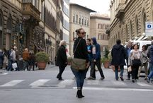 La Tolfetana Street Style / Nella cornice mozzafiato delle principali vie di Firenze, sono state immortalate persone provenienti da molteplici parti del mondo con indosso le borse in pelle artigianali de La Tolfetana. Gente vera, con stili, culture e tradizioni diversi, dai quali prendere spunto... Date un occhiata alle ultime tendenze di strada! http://www.latolfetana.com/tolfetana-street-style-firenze/